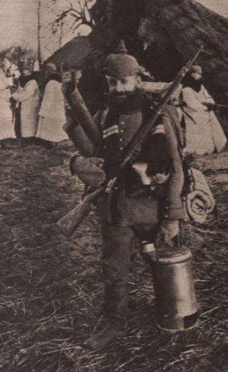 Deutscher Landwehrmann mit Feldofen 1915