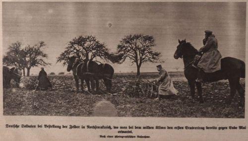 Deutsche Soldaten bei der Bestellung der Felder in Frankreich 1915